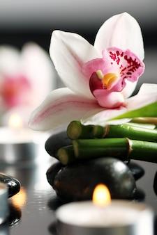 Spa en wellness, massage stenen en bloemen op houten tafellaken