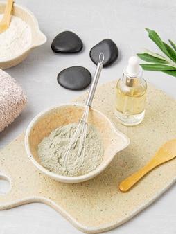 Spa- en wellnesssamenstelling met serum, handdoeken en schoonheidsproducten