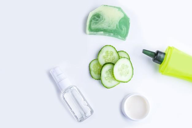 Spa gezichtsverzorging komkommerschijfjes, gezichtsspray, thermaal water, gel en zeep