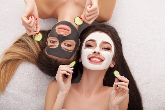 Spa. groepsvrouw die gezichtsmasker en roddel krijgen