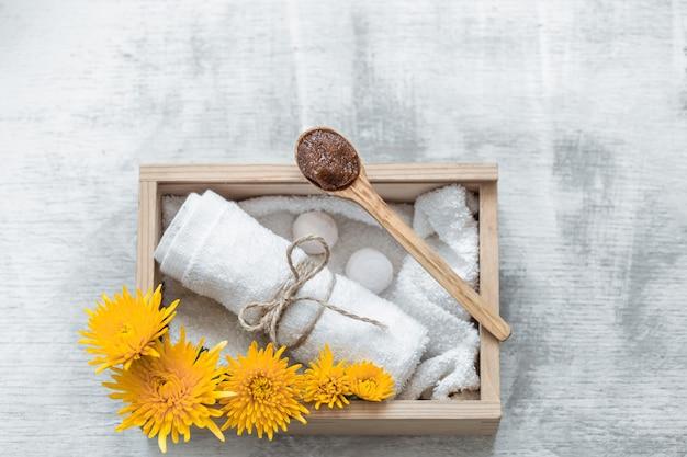 Spa huidverzorgingsartikelen in houten doos.