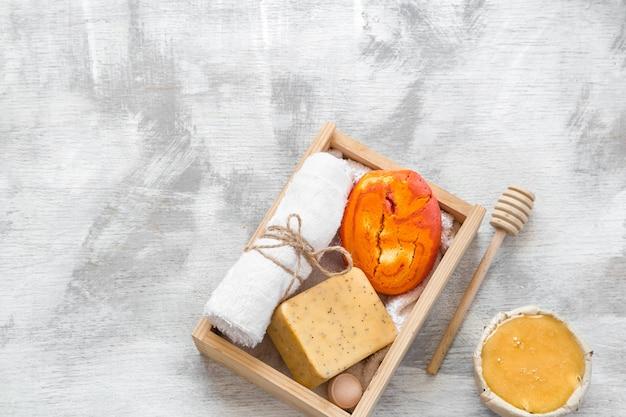 Spa huidverzorgingsartikelen in houten kist