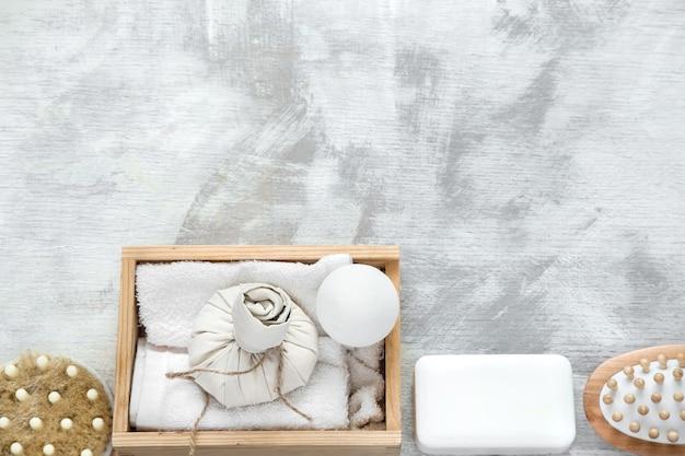Spa huidverzorgingsartikelen in houten kist.