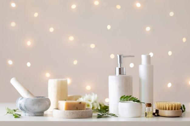 Spa ingesteld op lichte bokeh achtergrond. gezonde levensstijl. badkamer of spa salon interieur. wellness behandeling.