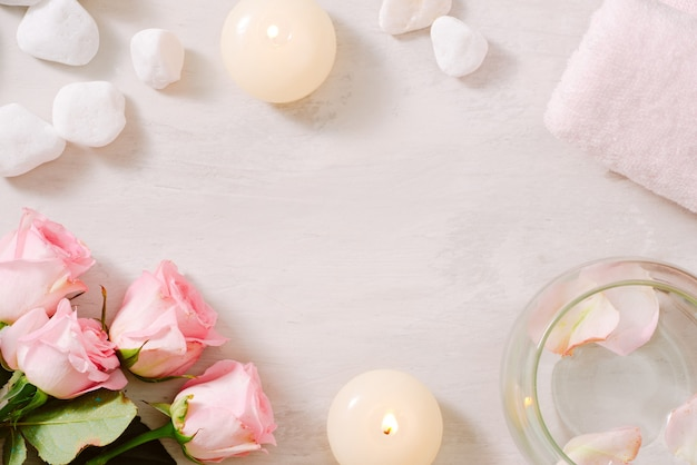 Spa-instellingen met rozen spa-thema met kaarsen en bloemen op tafel