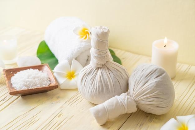 Spa kruiden comprimeren bal met kaars en orchidee