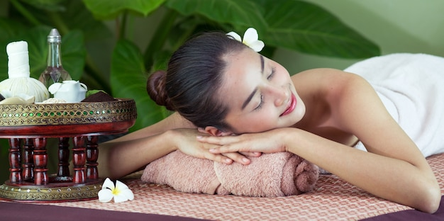 Spa lichaamsmassage vrouw handen behandeling. vrouw die massage in de spa salon heeft