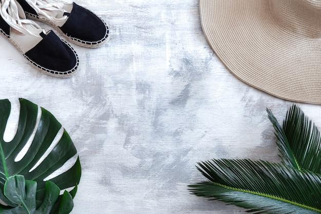 Spa. lichaamsverzorging artikelen op wit met tropische bladeren.