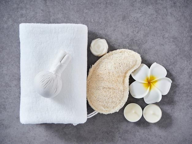 Spa massage met kruidenkompres en huidverzorging