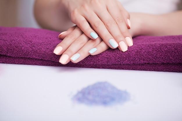 Spa nagelprocedures. mooie manicure op de handen. mooie handen na een spabehandeling.