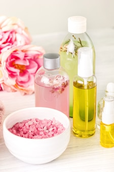 Spa omgeving met roze rozen en aroma olie, vintage stijl
