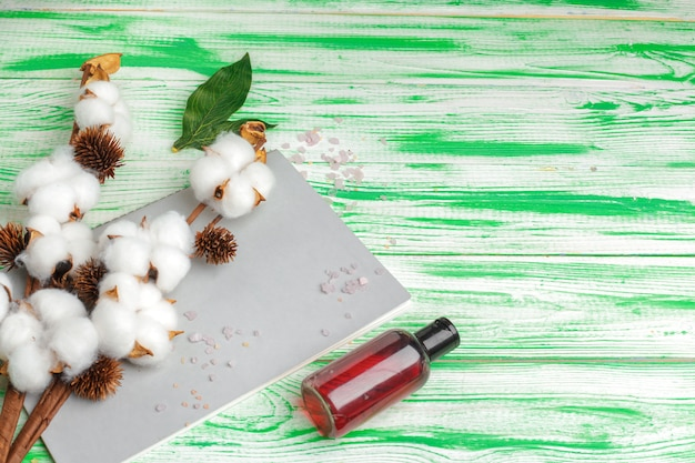 Spa. plat liggend met katoenen tak, wattenschijfjes. cosmetische make-up van katoen