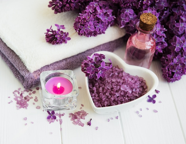 Spa-producten en lila bloemen