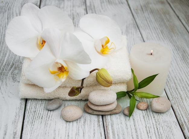 Spa-producten en witte orchideeën
