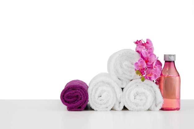 Spa samenstelling met handdoeken en bloemen geïsoleerd op wit