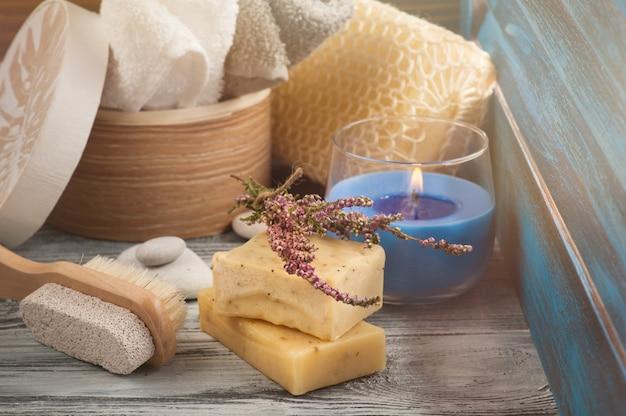 Spa samenstelling met handdoeken, zeep, borstel, aangestoken kaars