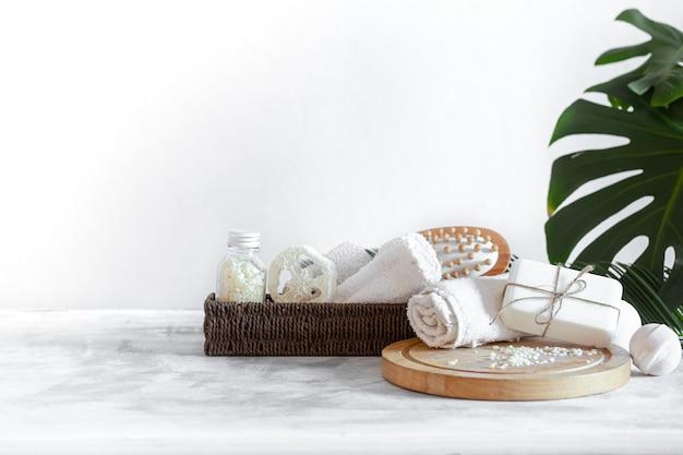 Spa samenstelling met items voor lichaamsverzorging op een lichte achtergrond. een plek voor tekst, een concept van schoonheid en lichaamsverzorging.