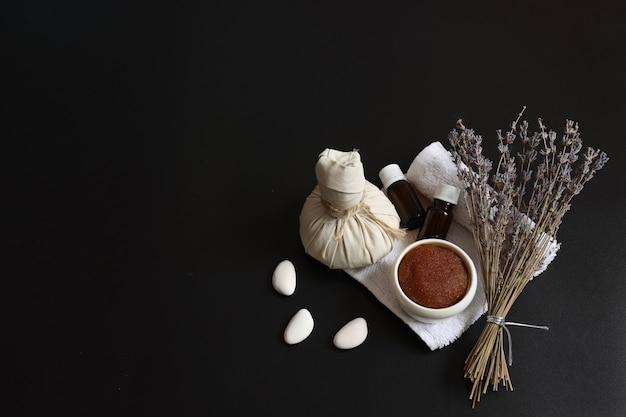 Spa-samenstelling met natuurlijke lichaamsverzorgingsproducten en lavendel-kopieerruimte