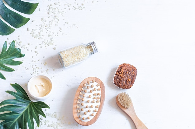 Spa-samenstelling met producten voor lichaamsverzorging en natuurlijke bladeren. concept van spa-cosmetische producten.