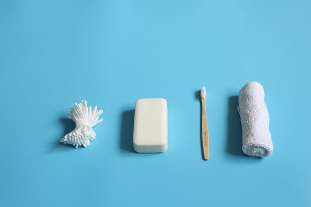Spa-samenstelling met producten voor persoonlijke verzorging op een blauwe achtergrond kopie ruimte