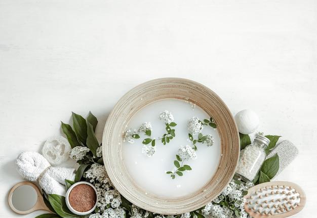 Spa samenstelling met water voor schoonheidsbehandelingen en verse bloemen.