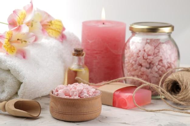 Spa-samenstelling met zeezout, aroma-oliën en handgemaakte zeep. spa-concept. op een lichte achtergrond.
