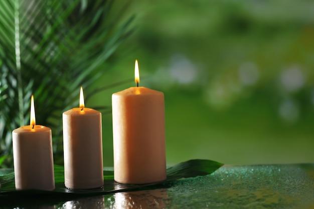 Spa-samenstelling van kaarsen, stenen en bamboe op wazig