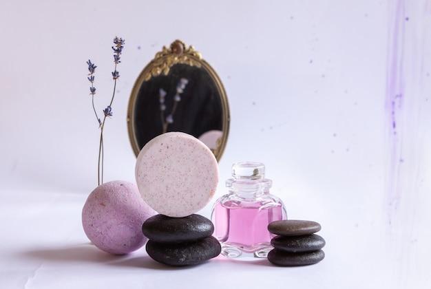 Spa set van natuurlijke lavendel, spiegel en zen stenen. concept voor spa, schoonheids- en gezondheidssalon, cosmeticawinkel. sluit omhoog op witte achtergrond.