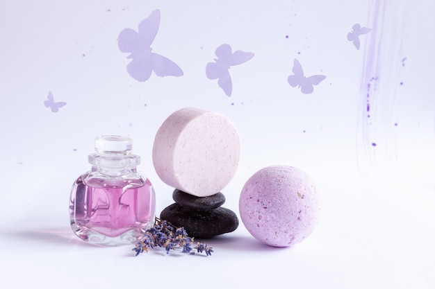 Spa set van natuurlijke lavendel, zen stenen. concept voor spa, schoonheids- en gezondheidssalon, cosmeticawinkel. sluit omhoog op witte achtergrond.