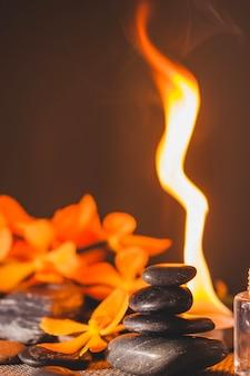 Spa stenen, bloemen en vuur