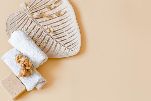 Spa stilleven met bloemen, zeep en handdoeken kopie ruimte. gezondheid en schoonheid concept.