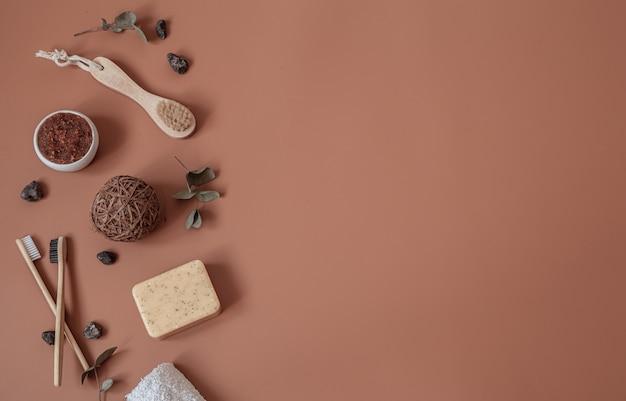 Spa stilleven met natuurlijke tandenborstels, scrub, zeep en decoratieve details plat gelegd