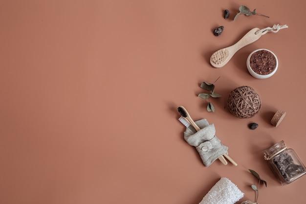Spa stilleven met natuurlijke tandenborstels, scrub, zeep en decoratieve details plat gelegd.