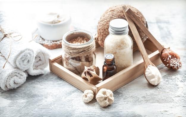 Spa stilleven met verse kokos en lichaamsverzorgingsproducten