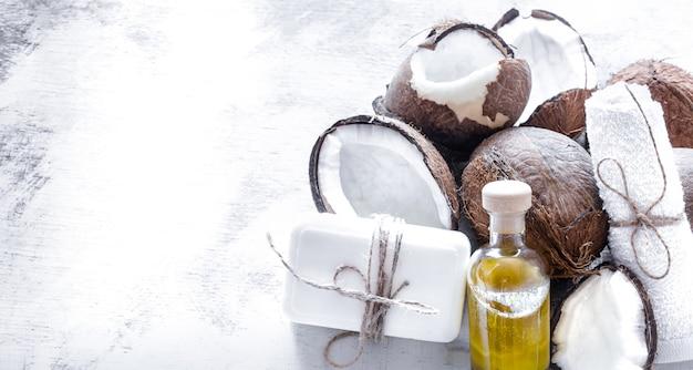 Spa stilleven van biologische cosmetica met kokosnoten