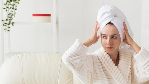 Spa thuis vrouw in badjas wegkijken