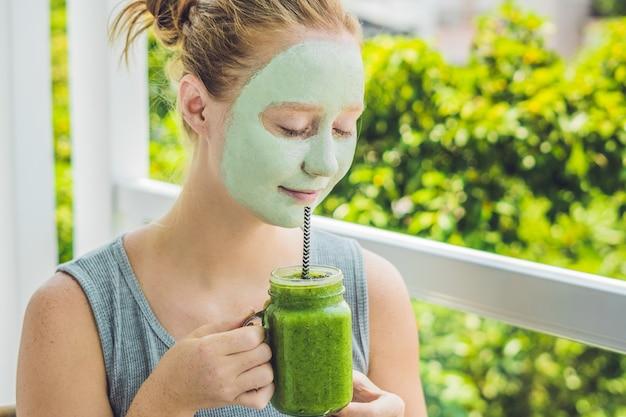Spa vrouw gezicht groene kleimasker schoonheidsbehandelingen toe te passen