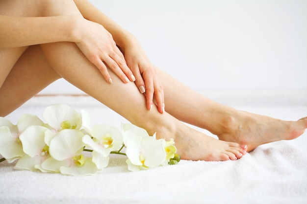 Spa. vrouw masseren benen zitten