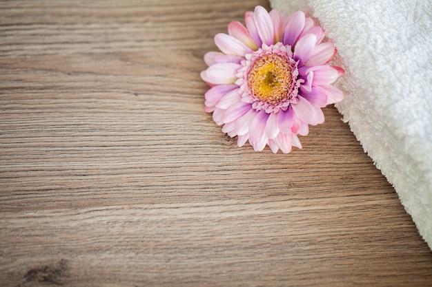 Spa, witte katoenen handdoeken gebruiken in de badkamer van de spa.