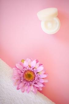 Spa. witte katoenen handdoeken gebruiken in de spa badkamer op roze
