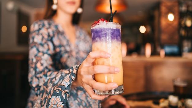 Spaans meisje cocktail in de hand ondiepe scherptediepte te houden