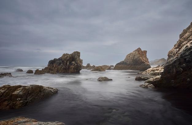 Spaans strand in de noordkust van spanje