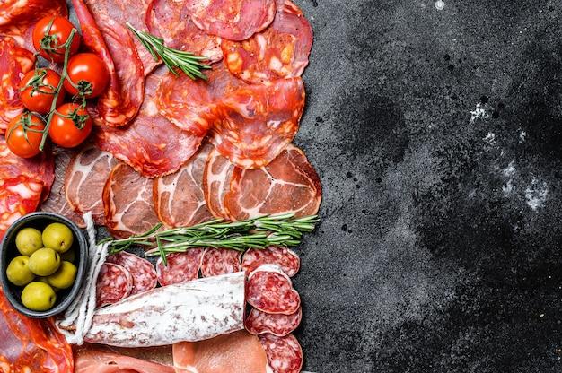 Spaans vleeswaren assortiment. chorizo, fuet, lomo, jamon iberico, olijven. bovenaanzicht