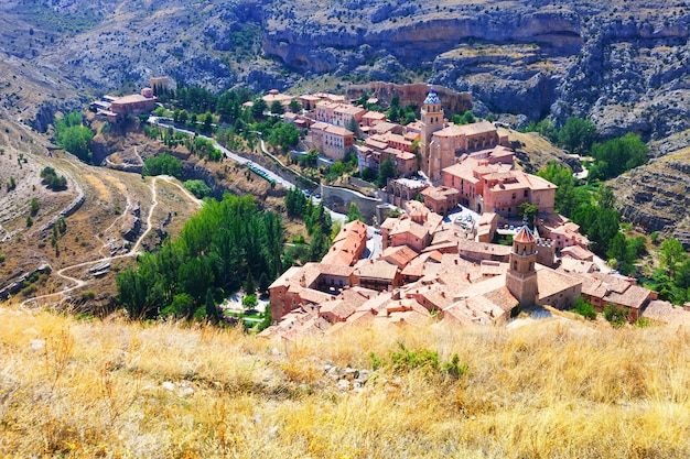 Spaanse bergen stad in zonnige dag. albarracin