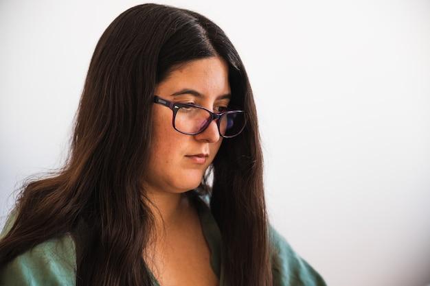 Spaanse brunette draagt een bril telewerken