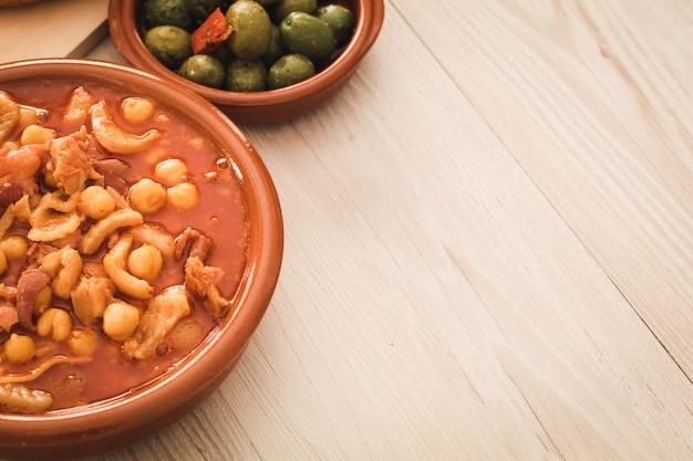 Spaanse callos, een typische stoofpot met varkens- of runderpens, kopie ruimte