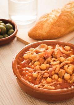 Spaanse callos, een typische stoofpot met varkens- of runderpens