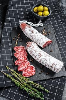Spaanse droge salamiworst fuet. bovenaanzicht