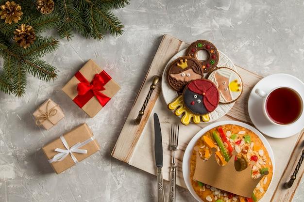 Spaanse epiphany cake roscon de reyes en ingepakte cadeaus