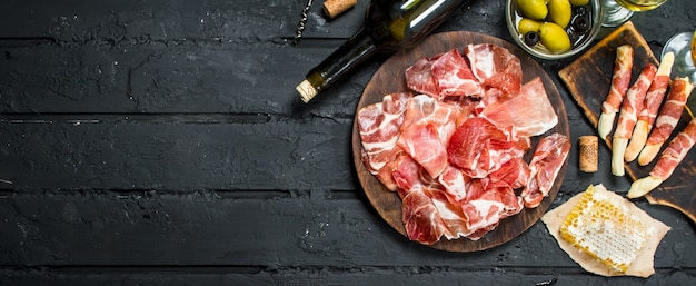 Spaanse ham met rode wijn en soepstengels.
